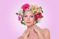 Portret van een mooi meisje met hairdress van bloemen stock fotografie