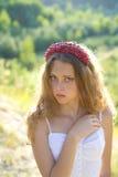 Portret van een mooi meisje met hoepel op hoofd Stock Afbeeldingen