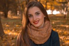Portret van een mooi meisje met rode lippen en warme sjaal op de hals, close-up stock fotografie