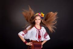 Portret van een mooi meisje met vliegend bruin haar. De vrouw draagt royalty-vrije stock foto's