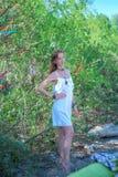 Portret van een mooi meisje op de achtergrond van bomen Stock Afbeeldingen