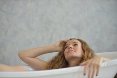 Portret van een mooi meisje in witte pyjama's stock foto