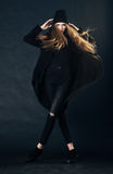 Portret van een mooi roodharig meisje in zwarte kleren Stock Fotografie