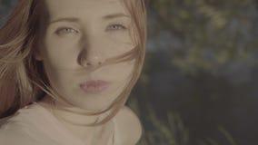 Portret van een mooi roodharig positief meisje in een park, kleurenprofiel Slog3 stock videobeelden
