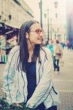 Portret van een mooi tienermeisje die rond de stad lopen royalty-vrije stock foto's