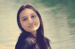 Portret van een mooi tienermeisje met donker lang haar Gekleurde foto royalty-vrije stock afbeelding