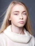 Portret van een mooi tienermeisje met lang haar in studio Royalty-vrije Stock Afbeelding