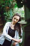 Portret van een mooi tienermeisje op een achtergrond van aard Verticale foto royalty-vrije stock foto
