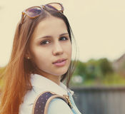 Portret van een mooi tienermeisje in zonsonderganglicht Stock Fotografie