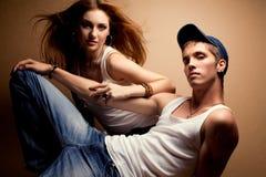 Portret van een mooi toevallig paar in jeans Royalty-vrije Stock Afbeeldingen