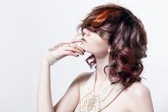 Portret van een mooi vrouwelijk model met rood haar Stock Fotografie