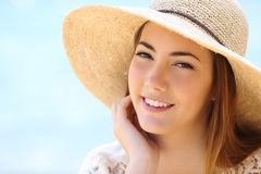 Portret van een mooi vrouwengezicht in de zomer royalty-vrije stock fotografie