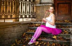 Portret van een mooi zeer leuk zwanger meisje in ballet roze t Royalty-vrije Stock Afbeelding