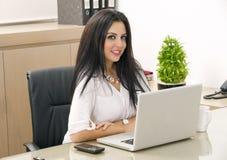 Portret van een mooie Arabische Vrouw die Hijab dragen stock fotografie