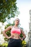 Portret van een mooie atleet met haar handen op haar heupen stock fotografie