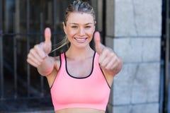 Portret van een mooie atleet met omhoog duimen Royalty-vrije Stock Foto's