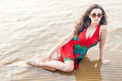 Portret van een mooie Aziaat in een papaver-kleding Royalty-vrije Stock Fotografie