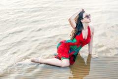 Portret van een mooie Aziaat in een papaver-kleding Royalty-vrije Stock Afbeeldingen