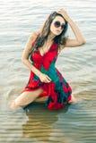 Portret van een mooie Aziaat in een papaver-kleding Stock Fotografie
