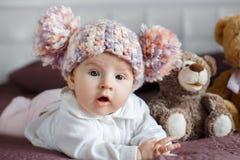 Portret van een mooie baby met pluchespeelgoed stock fotografie