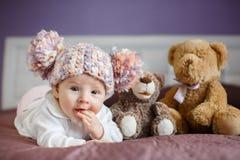 Portret van een mooie baby met pluchespeelgoed stock afbeeldingen