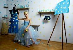 Portret van een mooie blonde damezitting Royalty-vrije Stock Foto's