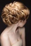 Portret van een mooie blonde vrouw in het beeld van de bruid Het Gezicht van de schoonheid Stock Foto's