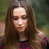 Portret van een Mooie Donkere Blonde Tiener in een Bos stock afbeeldingen