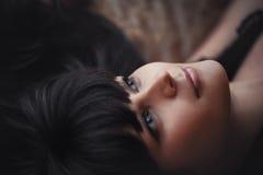 Portret van een mooie droevige donkerbruine meisjesclose-up Stock Afbeeldingen