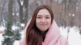 Portret van een mooie en glimlachende vrouw met bruin haar, het neigen overeenkomst stock video