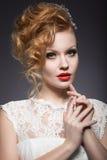 Portret van een mooie gembervrouw met rode lippen in het beeld van de bruid royalty-vrije stock foto