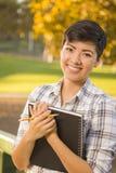 Portret van een Mooie Gemengde Ras Vrouwelijke Student Holding Books Stock Fotografie