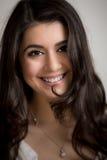 Portret van een Mooie Glimlachende Jonge Donkerbruine Vrouw stock foto