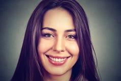 Portret van een mooie glimlachende vrouw met perfecte witte tanden stock foto
