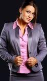 Portret van een mooie jonge bedrijfsvrouw die bevinden zich tegen royalty-vrije stock afbeeldingen