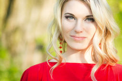 Portret van een mooie jonge blonde vrouw royalty-vrije stock foto's