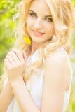 Portret van een mooie jonge blondevrouw Royalty-vrije Stock Afbeeldingen