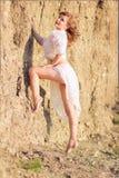 Portret van een mooie jonge bruin-haired vrouw royalty-vrije stock foto's