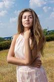 Portret van een mooie jonge bruin-haired vrouw royalty-vrije stock afbeeldingen