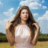 Portret van een mooie jonge bruin-haired vrouw royalty-vrije stock afbeelding