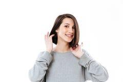 Portret van een mooie jonge dame die camera en het glimlachen bekijken Royalty-vrije Stock Fotografie