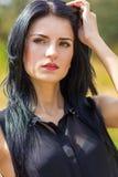 Portret van een mooie jonge donkerbruine vrouw stock foto's