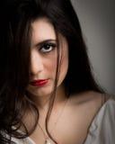 Portret van een mooie jonge donkerbruine vrouw stock afbeeldingen