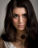 Portret van een Mooie Jonge Donkerbruine Vrouw Lookng in Camer stock foto's