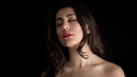 Portret van een Mooie Jonge Donkerbruine Vrouw met Gesloten Ogen stock foto's