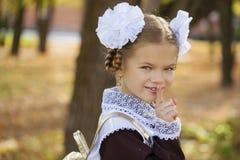 Portret van een mooie jonge eerste-nivelleermachine in feestelijk schoolu stock foto's