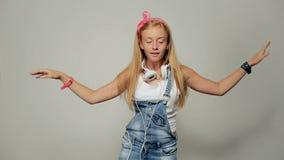 Portret van een mooie jonge meisjesvrouw die aan muziek, het dansen luisteren stock video
