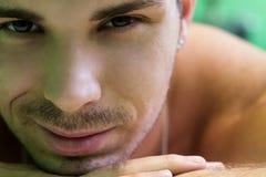 Portret van een mooie jonge mens Stock Foto's