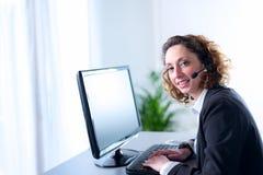 Portret van een mooie jonge secretaresse op het werk Royalty-vrije Stock Afbeelding