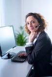 Portret van een mooie jonge secretaresse op het werk Stock Afbeelding